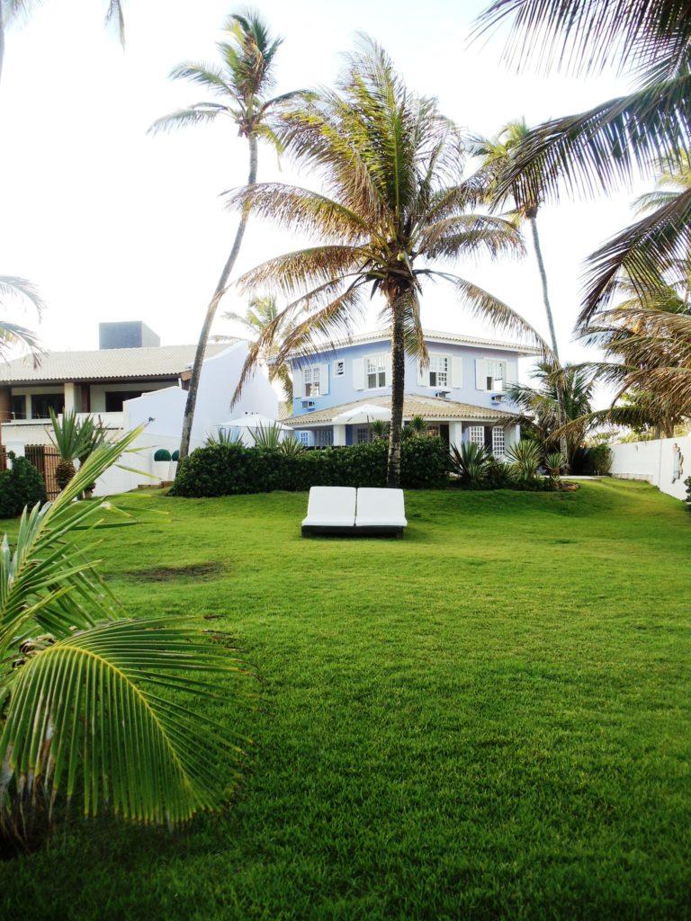 casa com jardim, piscina e churrasqueira a beira mar