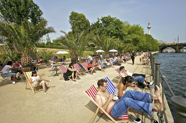 Programas ao ar livre num Beachbar na beira do rio @visitberlin foto: Bernd Schonberger