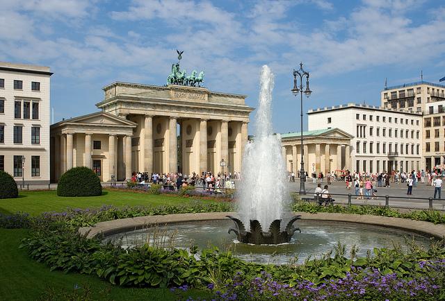 Fonte na praça em frente ao Portão de Brandenburg @visitbelin foto: Wolfgang Scholvien