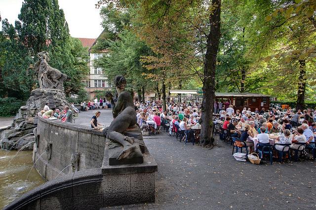 Cervejas e diversão nos parques e praças @visitberlin foto: Wolfgang Scholvien