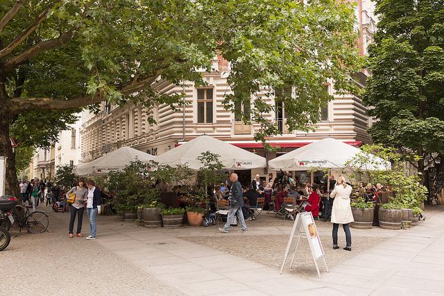 Agradáveis cafés e restaurantes nas calçadas @visitberlin foto: Philip Koschel