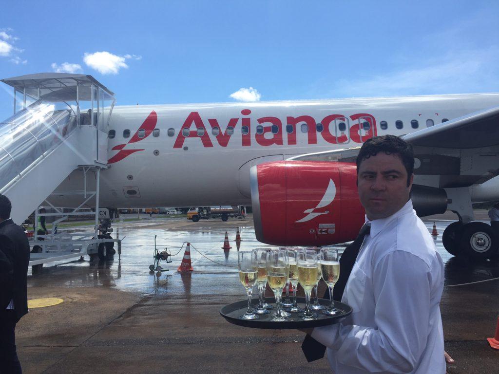 Passageiros recebidos com champanhe no voo inaugural da Avianca para Foz